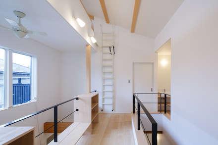 H・h(渡り廊下のある家): Studio REI 一級建築士事務所が手掛けた玄関・廊下・階段です。