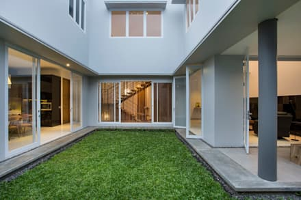 kbp house:  Rumah by eR.e studio architects
