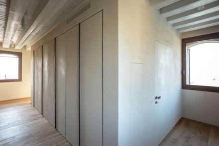 Hillside House: Ingresso & Corridoio in stile  di zanon architetti associati
