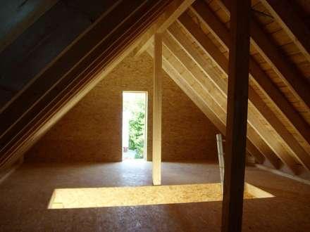 Modernisierung und Umbau eines Zweifamilienwohnhauses TE:  Dach von a r c h i t e k t u r b ü r o grimm