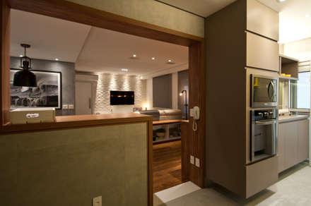 Residência Montedonio: Cozinhas minimalistas por Mazzark Arquitetos