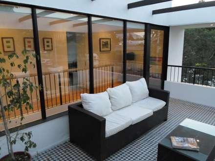 CASA BELLO HORIZONTE: Ventanas de estilo  por [ER+] Arquitectura y Construcción
