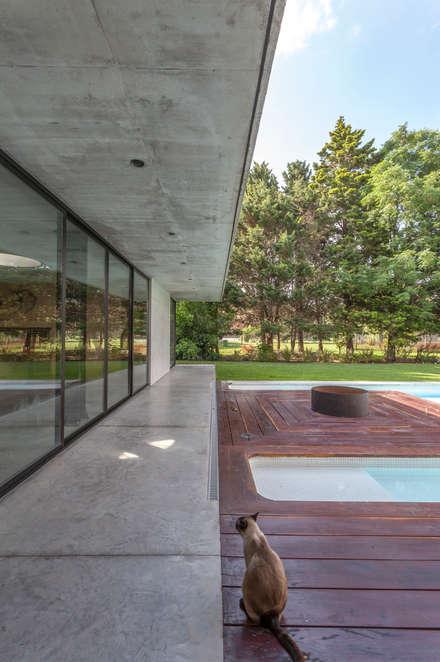 Laghetto da giardino in stile  di Ciudad y Arquitectura