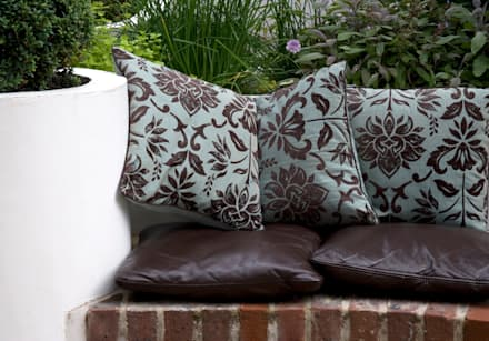 Cushions outside: mediterranean Garden by Earth Designs