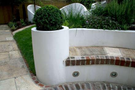 Box ball in planter: mediterranean Garden by Earth Designs