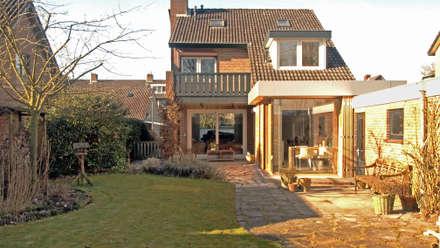 Zicht op de uitbreiding vanaf de tuin: moderne Eetkamer door Roorda Architectural Studio