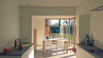 De uitbreiding - interieur: moderne Eetkamer door Roorda Architectural Studio