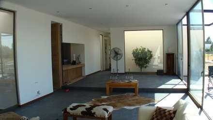 CASA FUENZALIDA: Livings de estilo minimalista por [ER+] Arquitectura y Construcción