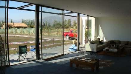 CASA FUENZALIDA: Ventanas de estilo  por [ER+] Arquitectura y Construcción