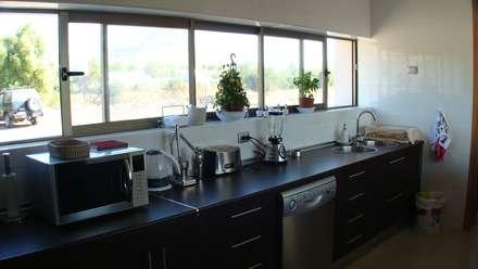 CASA FUENZALIDA: Cocinas de estilo minimalista por [ER+] Arquitectura y Construcción