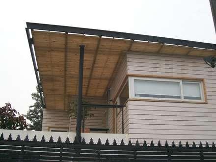 CASA GUMUCIO: Techos de estilo  por [ER+] Arquitectura y Construcción