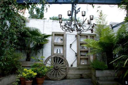 Outdoor Living Garden design in South London: eclectic Garden by Earth Designs