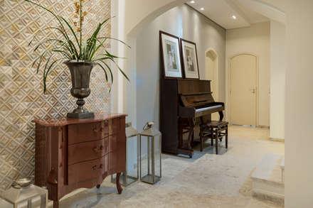Casa CR: Corredores, halls e escadas modernos por Maluf & Ferraz interiores