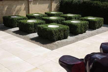 Front yard by Jürgen Kirchner Wasser + Garten