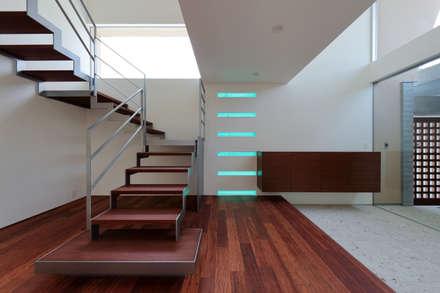 松山。道後の家: 澤村昌彦建築設計事務所が手掛けた玄関・廊下・階段です。