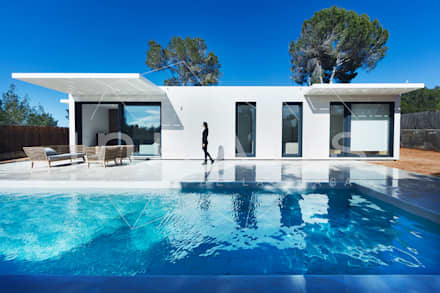 Vistas diurnas en la piscina: Piscinas de jardín de estilo  de Casas inHAUS