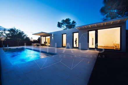 Vistas nocturnas de la piscina: Piscinas de jardín de estilo  de Casas inHAUS