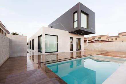 Vistas diurnas de la piscina: Casas prefabricadas de estilo  de Casas inHAUS