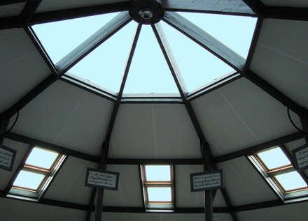 Lichtkonzept / Glasrotunde im ehemaligen Kuhstall:  Geschäftsräume & Stores von Resonator Coop Architektur + Design