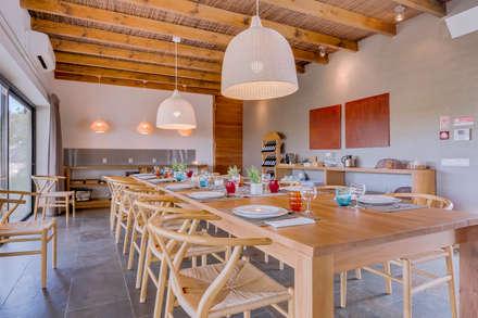 Monte Velho - Equo Resort: Salas de jantar campestres por Ivo Santos Multimédia
