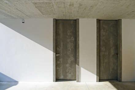 Vivienda en Chamín: Puertas de madera de estilo  de AD+ arquitectura