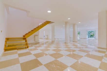 Luxuosa Propriedade na Penha Longa / Sintra - Luxury Property in Penha Longa / Sintra: Garagens e arrecadações clássicas por Ivo Santos Multimédia
