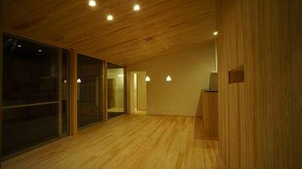 割出町の家: 一級建築士事務所 岡本義富建築研究所が手掛けたリビングです。