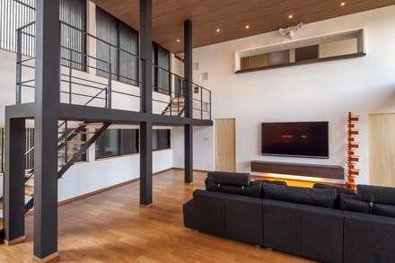 加賀市の家: 一級建築士事務所 岡本義富建築研究所が手掛けたリビングです。