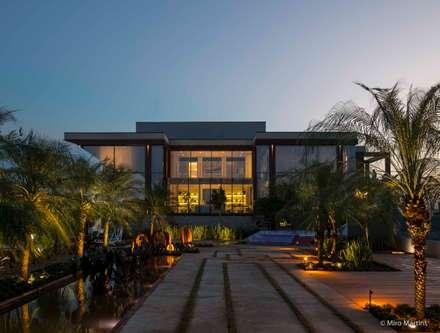 Nhà có sân thượng by Izilda Moraes Arquitetura