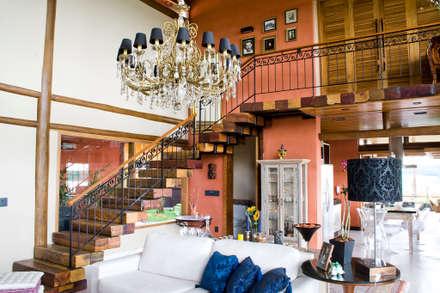 Residência Terras da Barra I: Corredores, halls e escadas rústicos por VERRONI arquitetos associados