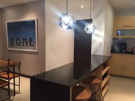 Iluminación y mesón de cocina: Cocinas de estilo ecléctico por Obras Son Amores