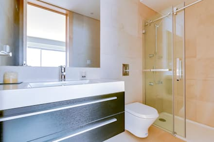 Apartamentos Laranjeiras Lisboa - Apartments Laranjeiras Lisbon: Casas de banho modernas por Ivo Santos Multimédia