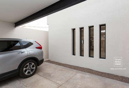 Casa Valle Verde: Garajes de estilo minimalista por Grupo Arsciniest