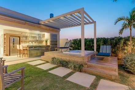 modern Spa by Charis Guernieri Arquitetura