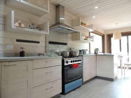 casa en Lago Calafquen Chile: Cocinas de estilo rústico por David y Letelier Estudio de Arquitectura Ltda.