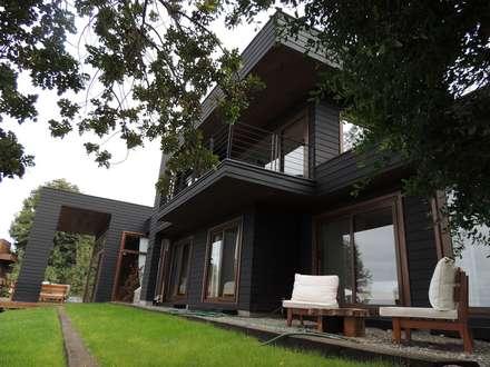 casa en Lago Calafquen Chile: Casas de estilo rústico por David y Letelier Estudio de Arquitectura Ltda.