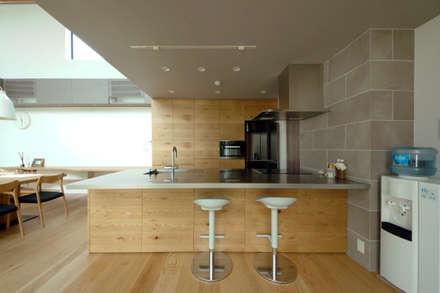 異素材の組み合わせを楽しむキッチン: TERAJIMA ARCHITECTSが手掛けたキッチンです。