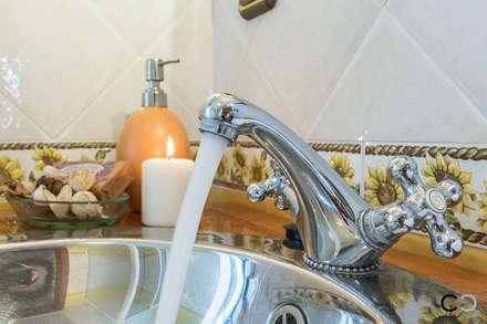 DETALLE: Baños de estilo rural de CCVO Design and Staging