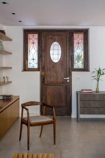 Puertas principales de estilo  por Baumann Arquitetura
