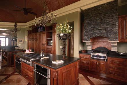 مطبخ ذو قطع مدمجة تنفيذ DHI Riviera Maya Architects & Contractors