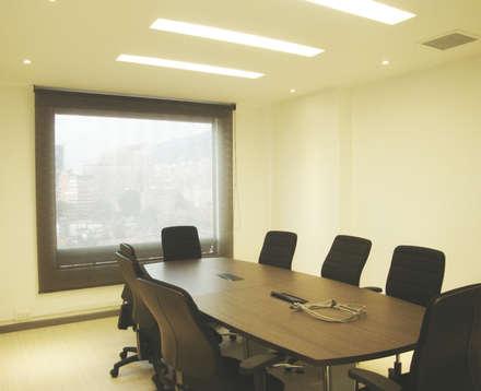 Sala de juntas principal: Edificios de oficinas de estilo  por Obras Son Amores