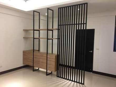 新竹透天厝 黑、白、木紋 經典三色:  影音室 by 捷士空間設計