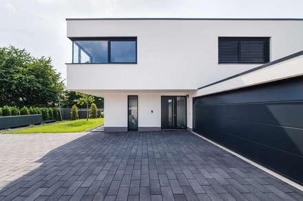 Spiel mit drei Kuben: moderne Häuser von Helwig Haus und Raum Planungs GmbH