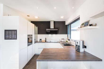 Spiel mit drei Kuben: moderne Küche von Helwig Haus und Raum Planungs GmbH