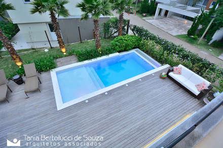 مسبح حديقة تنفيذ Tania Bertolucci  de Souza  |  Arquitetos Associados