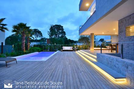 Nhà có sân thượng by Tania Bertolucci  de Souza  |  Arquitetos Associados