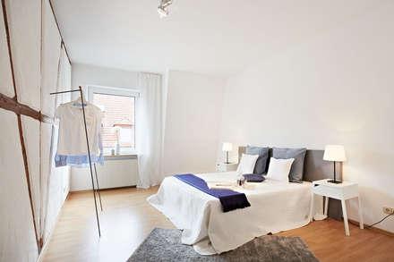 helles Schlafzimmer: rustikale Schlafzimmer von Home Staging Bavaria