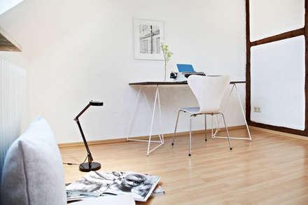 Arbeitsplatz mit außergewöhnlichen Tischböcken: rustikale Arbeitszimmer von Home Staging Bavaria