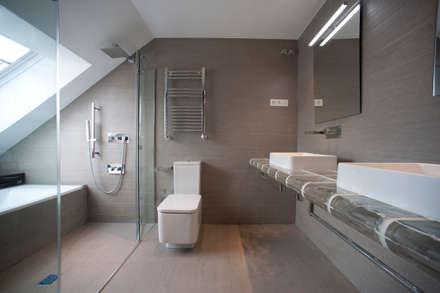 Reforma de ático en la costa vizcaína: Baños de estilo moderno de Gumuzio&PRADA diseño e interiorismo
