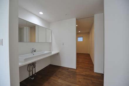 ミニマルな家: 杉浦建築計画事務所が手掛けた玄関・廊下・階段です。